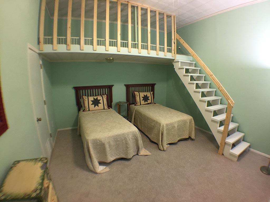 Beaver Lake Retreat Downstairs Twin Beds