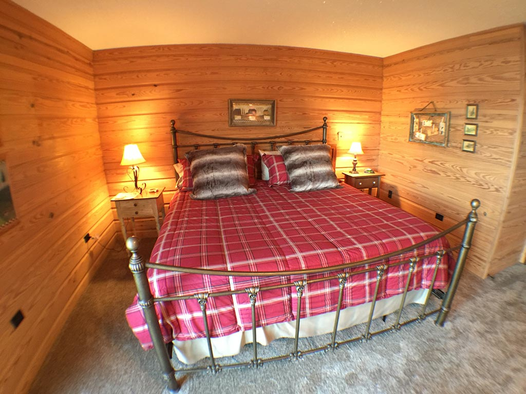 Beaver Lake Retreat Master Queen Bed