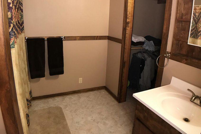 Buck Ridge Cabin Bathroom