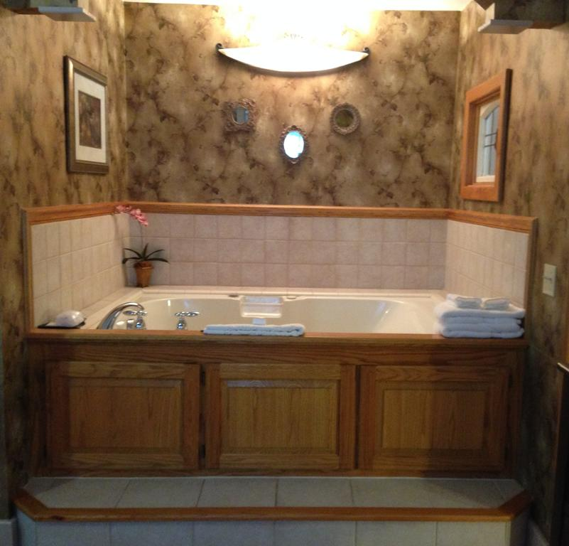 Brownstone Inn Spring Suite Jacuzzi-Jetted Tub