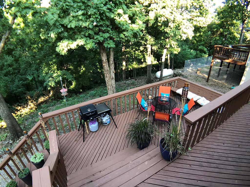 deck area on the back of Hummingbird Hollow